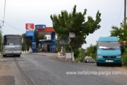 Справа - мини-автобус из Лоурдаты, слева - рейсовый автобус на Аргостоли