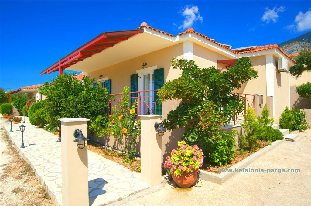 Kefalonia hotels, Lourdata: 1 and 2 bedroom apartments. Bungalow Kefalonia